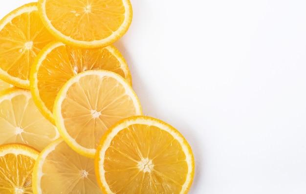 Segmenten van sinaasappel en citroen geïsoleerd op een witte.