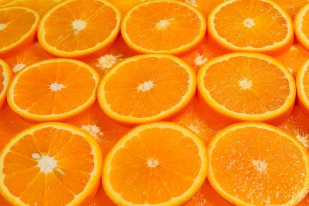 Segmenten van sinaasappelen als achtergrond, bovenaanzicht.