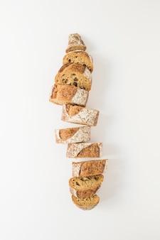 Segmenten van vers gebakken stokbrood geïsoleerd op een witte achtergrond