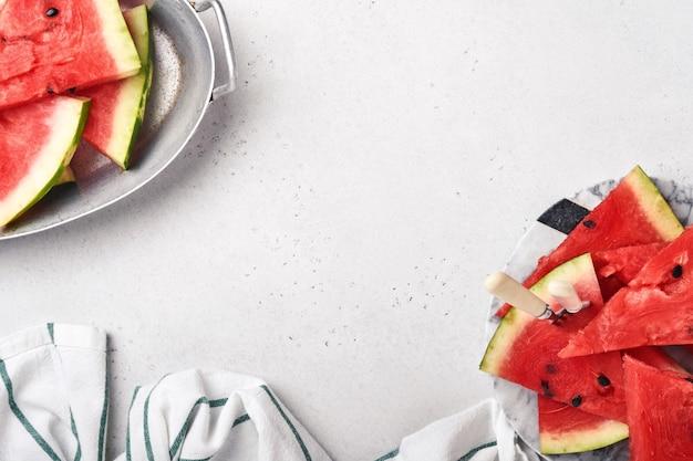 Segmenten van verse watermeloen in plaat op lichte achtergrond. bespotten voor ontwerp. ruimte kopiëren.