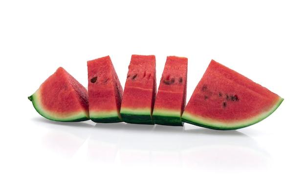Segmenten van watermeloen fruit geïsoleerd op een witte achtergrond.