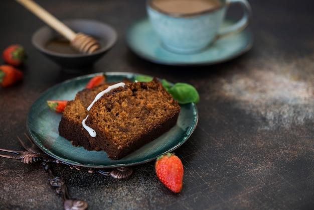 Segmenten van zelfgemaakte honing cake met koffie