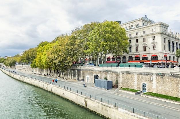 Seine-dijk met mensen die lopen en een café.