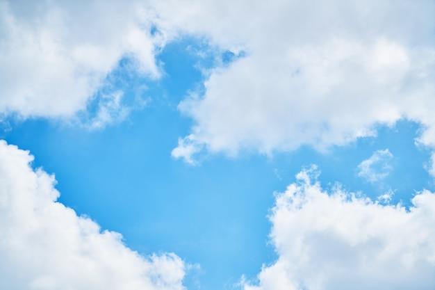 Seizoen blauwe lucht dag van de zomer