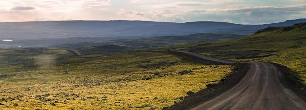 Seizoen zomer in ijsland, mooi uitzicht zomer van road trip op west-fjorden in ijsland