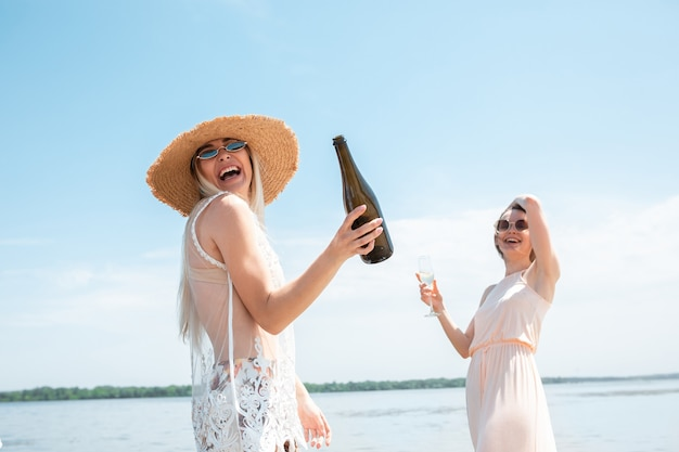 Seizoensfeest in het strandresort close-up vrouw vieren rusten met plezier op het strand in het zonnig in