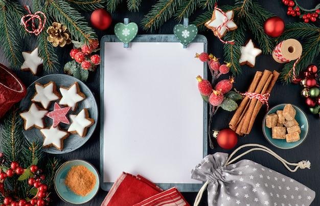 Seizoensgebonden achtergrond met gedecoreerde kerstboomtakjes op donker hout