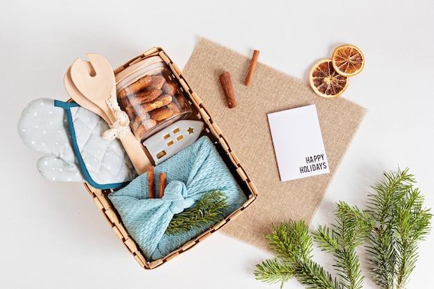 Seizoensgebonden geschenkdoos met keukengerei, furoshiki-doos en koekjes