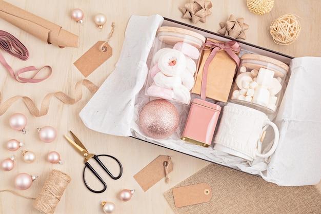 Seizoensgebonden geschenkdoos met marshmallow, koffie en kerstversiering