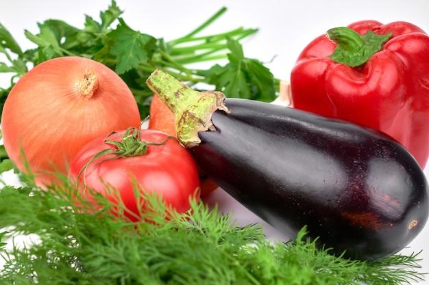 Seizoensgebonden groenten en greens op witte tafel