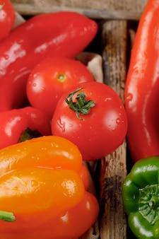 Seizoensgebonden groenten in een rustieke lade. bovenaanzicht