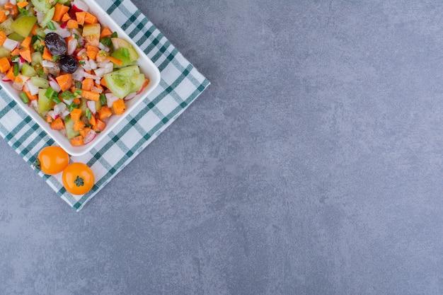 Seizoensgebonden groentesalade in een schotel