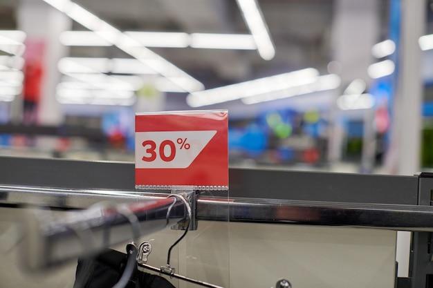 Seizoensgebonden verkoop 30% korting, vakantiekortingen in winkelcentrum, black friday. de verkooptijd van het nieuwe jaar bij europees winkelcentrum. kerstpromoties in kledingwinkel. sportkleding en kleding.