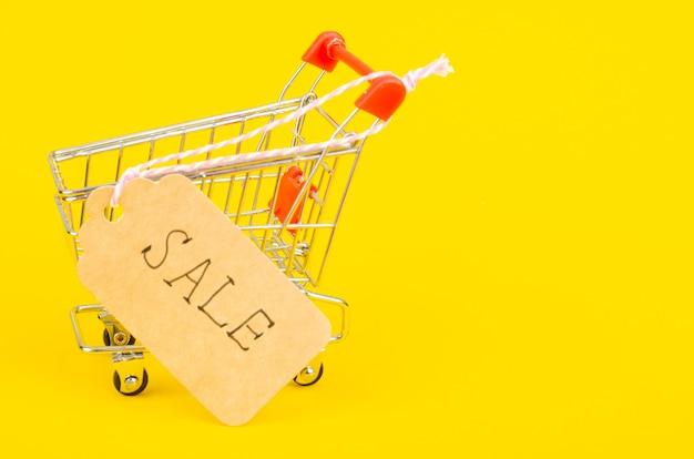 Seizoensgebonden verkoop. boodschappenwagentje boodschappenwagentje op helder oppervlak
