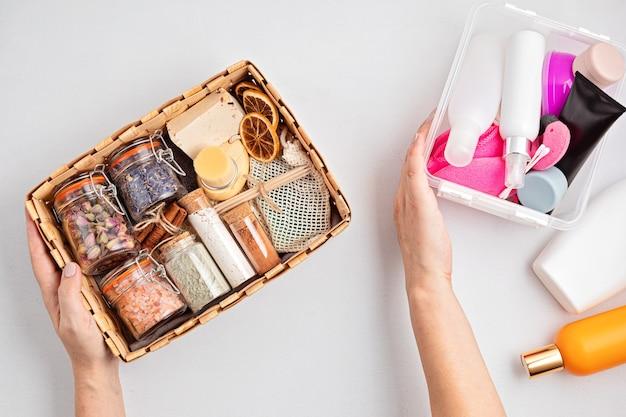 Seizoensgeschenkdoos met zero waste-cosmetica versus industriële plastic producten