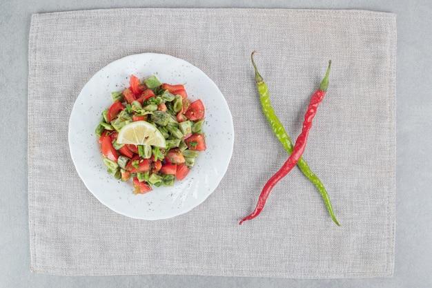 Seizoenssalade met rode kerstomaatjes en sperziebonen.