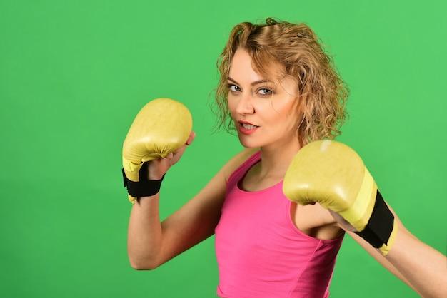 Seksueel meisje tijdens fitness en boksen vrouw met bokshandschoenen sexy vechter meisje in sportkleding sport