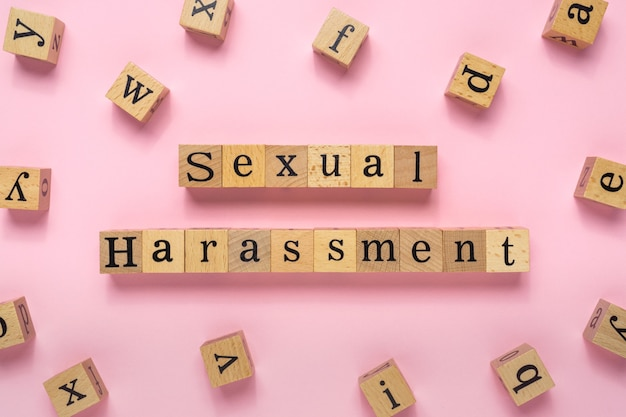 Seksuele intimidatie woord op houten blok.