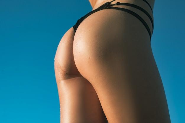 Seksuele lingerie enorme billen stevige billen in bikini ondergoed vrouwelijk model in sexy lingerie in s...