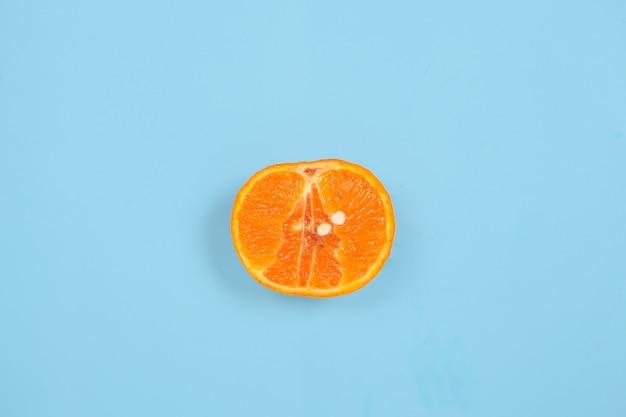 Seksuele voorlichting met sinaasappel geïsoleerd op blauwe achtergrond
