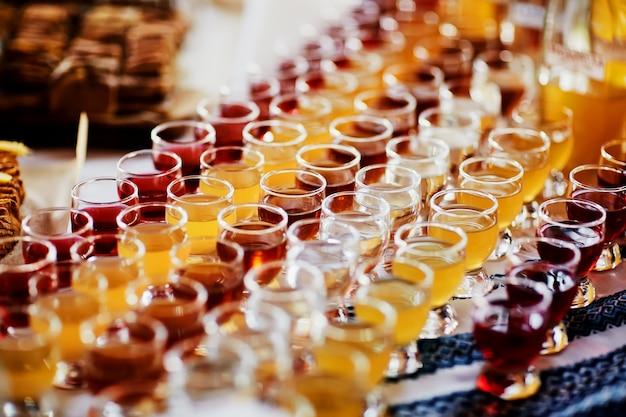 Selectie van alcoholische dranken. set wijn, cognac, sterke drank, likeur, tinctuur, cognac, whisky in glazen. grote verscheidenheid aan alcohol en sterke drank.