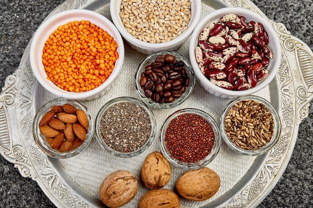 Selectie van bonen en noten in kommen. gezond eten