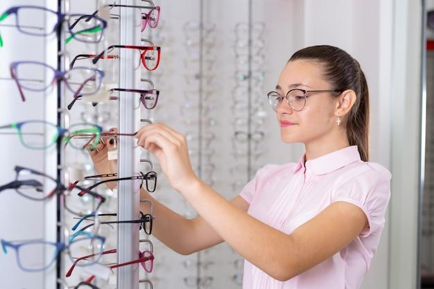 Selectie van brillen in de winkel van brillen voor oogcorrectie