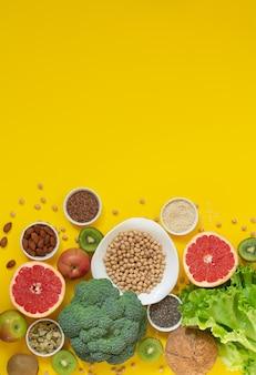 Selectie van gezonde voeding en schoon eten (groenten, fruit, zaden, noten, kruiden)