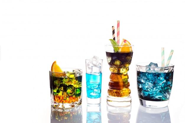 Selectie van kleurrijke feestelijke dranken, alcoholische dranken en cocktails in elegante glazen op wit