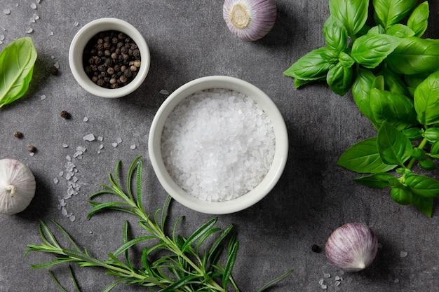 Selectie van kruiden, kruiden en groenten, ingrediënten voor het koken op donker.