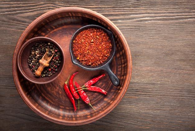 Selectie van specerijen peper. eten op zwarte houten tafel. bovenaanzicht copyspace