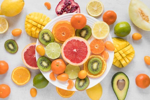 Selectie van vers en exotisch fruit op tafel