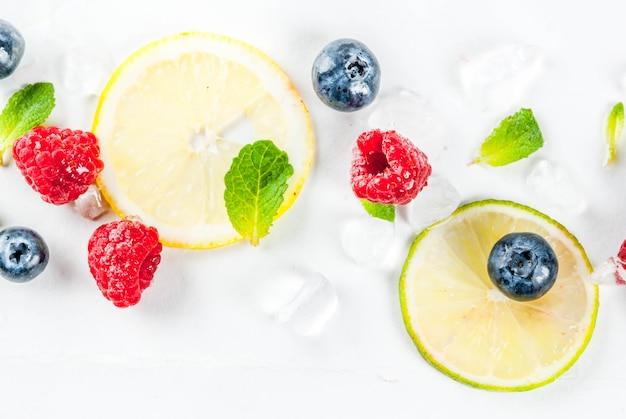 Selectie van vers fruit en bessen, limoen citroen frambozen bosbessen
