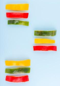 Selectie van vers gesneden paprika op tafel