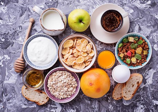 Selectie van verschillende gezonde ontbijt.