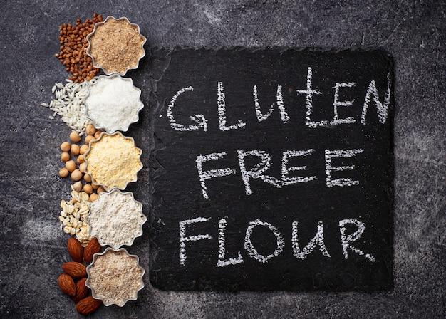 Selectie van verschillende glutenvrije bloem (amandel, boekweit, rijst, kikkererwten en haver)