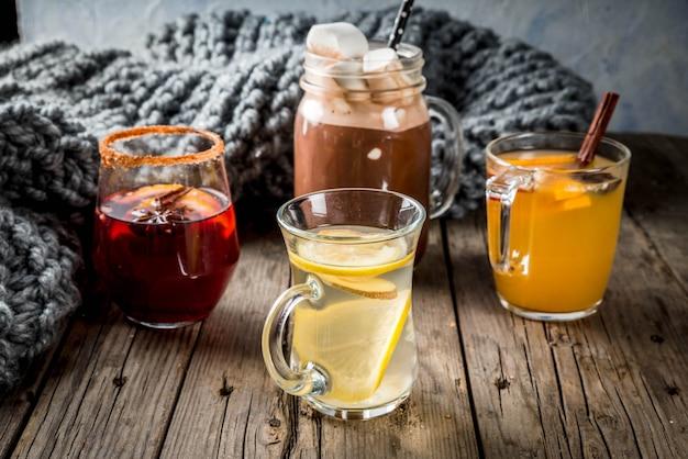 Selectie van verschillende traditionele herfstdranken: warme chocolademelk met marshmallow