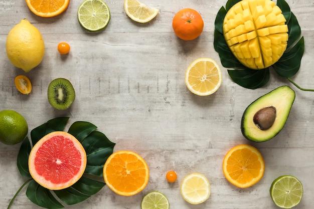 Selectie van verse en smakelijke vruchten op tafel