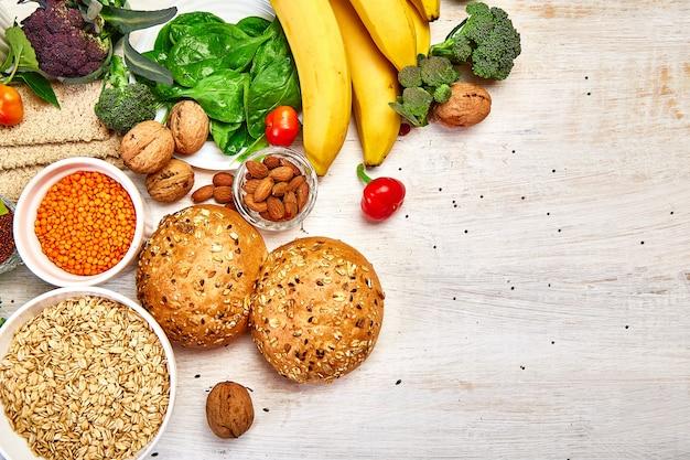 Selectie van vezelrijk voedsel op witte houten achtergrond