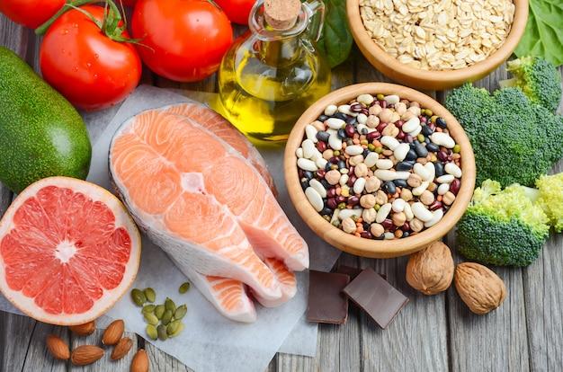 Selectie van voedsel dat goed is voor het hart op rustieke houten tafel
