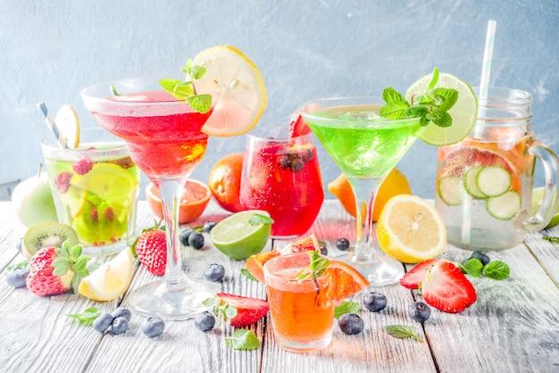 Selectie zomerfruit- en bessencocktail