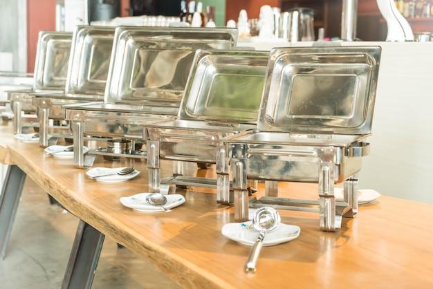 Selectief aandachtspunt op het buffet van de catering in hotelrestaurant