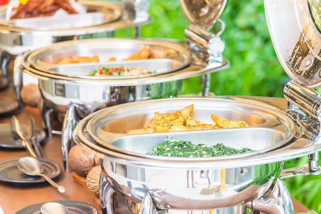 Selectief nadrukpunt op het voedsel van het cateringsbuffet in restaurant