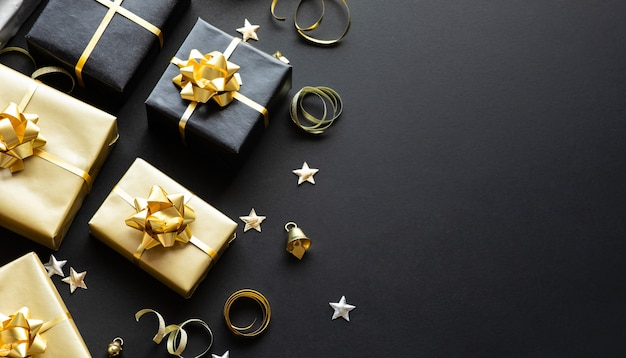 Selectieve aandacht / groep van geschenkdoos en feestornament. prettige kerstdagen, kerstmis en nieuwjaarsvieringsconcepten. ruimte kopiëren