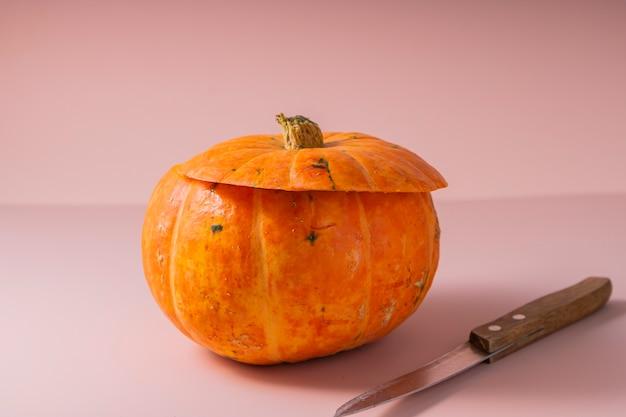 Selectieve aandacht. halloween pompoen. instructies voor het snijden van een pompoengezicht