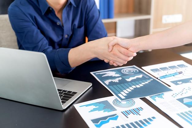 Selectieve aandacht jonge man handdruk met iemand op kantoor