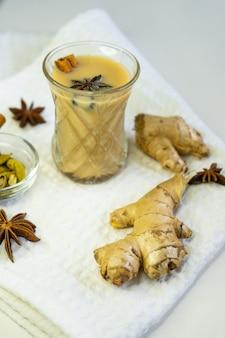 Selectieve aandacht, masala thee op wit oppervlak met kaneel en gember kruiden