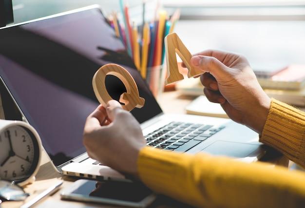 Selectieve aandacht q en a-concepten met houdersbrieven op bureau