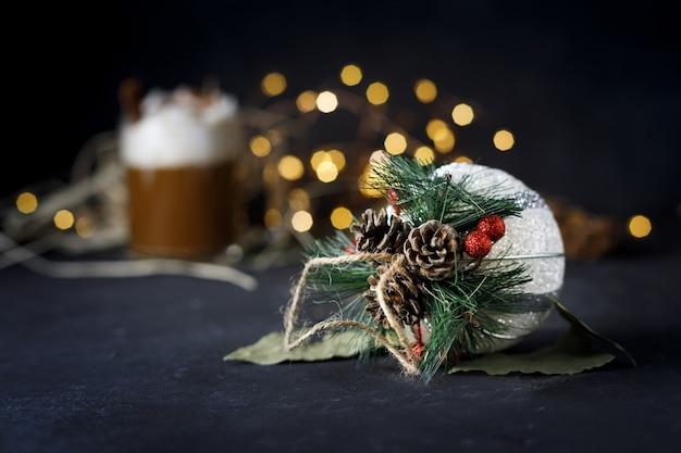 Selectieve aandacht shot van decoratieve kerst versiering