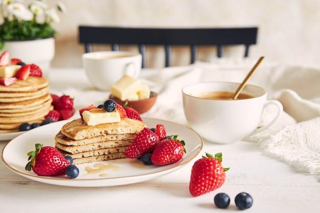 Selectieve aandacht shot van gesneden veganistische pannenkoeken met fruit